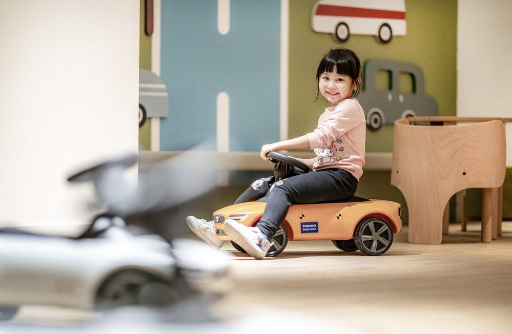 若有兒童同行的車主或消費者,二樓備有親子廁所及寬敞的兒童遊憩間,專屬汽車跑道與兒...