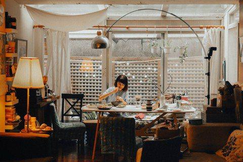番紅花喜歡在小巧廚房、自家餐桌享受自炊樂趣。 圖/吳致碩攝影