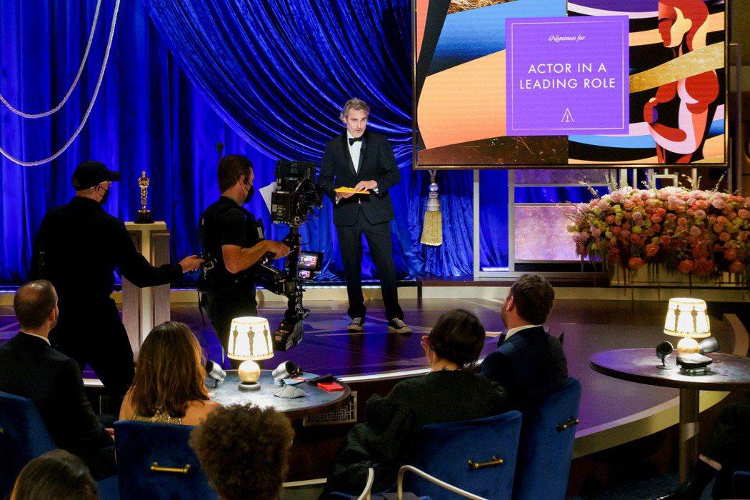 上屆《小丑》影帝瓦昆菲尼克斯頒發最佳男主角獎。 圖/路透社