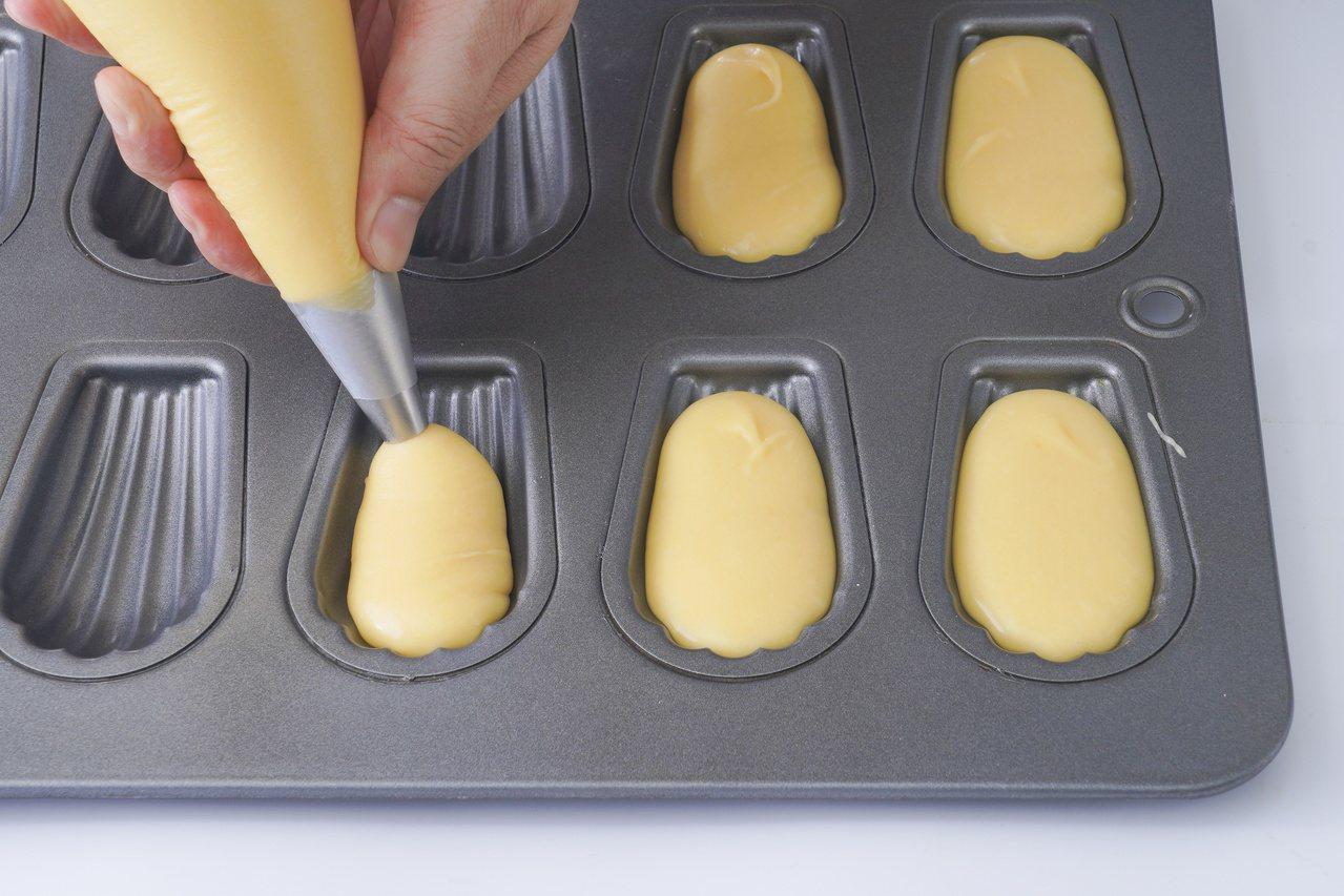 原味瑪德蓮:麵糊擠入模具凹槽。 圖/橘子文化 提供