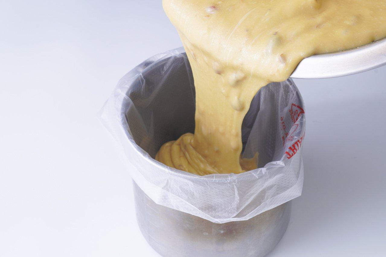 原味瑪德蓮:裝入套平口花嘴的擠花袋冷藏20分鐘。 圖/橘子文化 提供