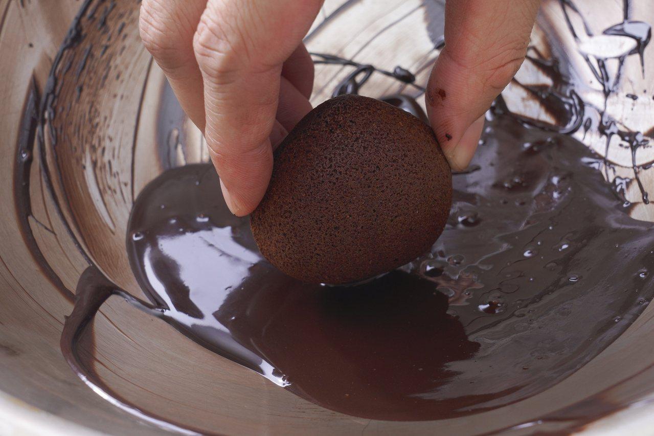 栗子可可瑪德蓮:鈍端(底部) 1/4處沾裹適量苦甜巧克力。 圖/橘子文化 提供