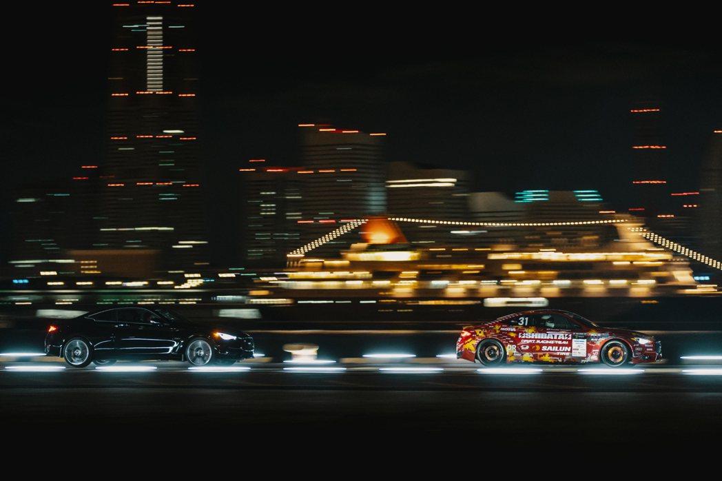 Infiniti Q60 與Q60 Drift Car在夜間港區追走。 圖/In...