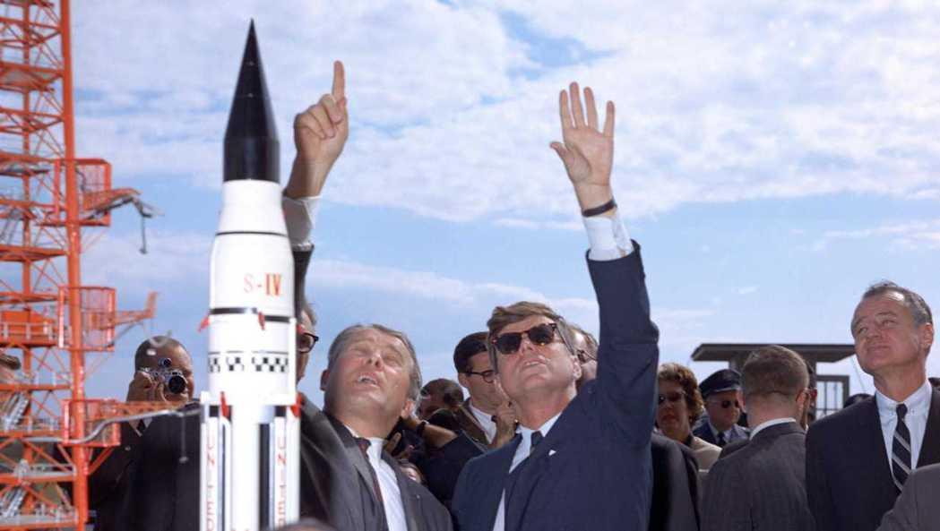 「我們選擇登月。」在1962年發表著名的登月演說後,甘迺迪隔年便遭暗殺,無緣見證...