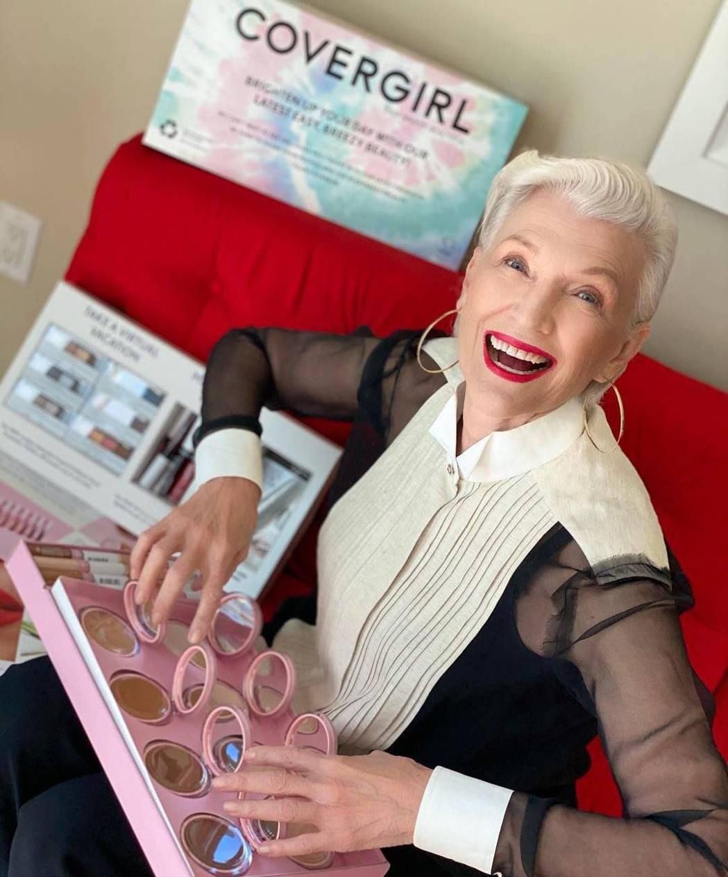 在化妝品廣告裡,梅伊馬斯克招牌的銀色短髮配上爽朗笑容,絲毫不在意大笑而產生的皺紋...