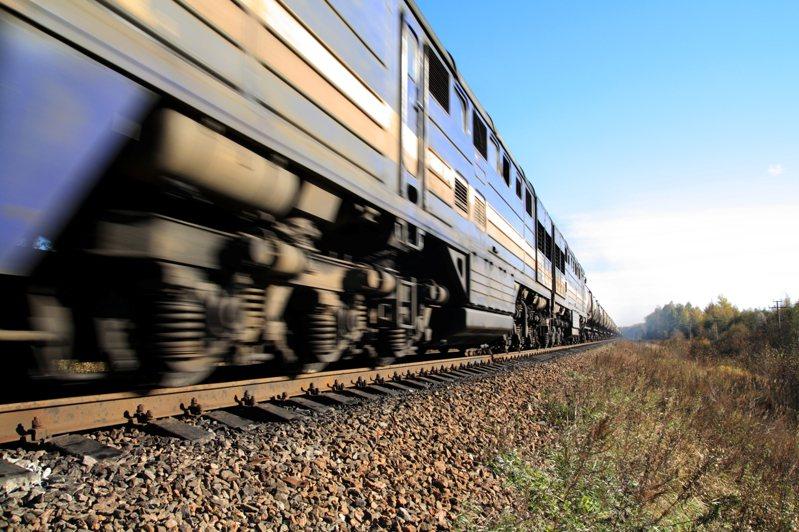 大陸一名男子搭列車時疑似因高血壓導致鼻血不止,示意圖。圖/Ingimage
