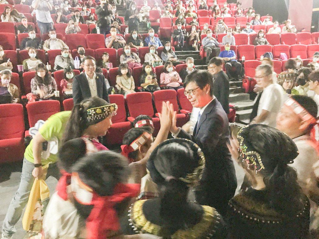 高雄市長陳其邁特地到現場,和寶山國小合唱團小朋友擊掌鼓勵。 攝影/張世雅