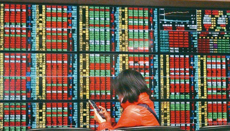 台股今(28)日開高震盪翻黑,大盤指數終場以17,567.53點作收,下跌28.37點,成交量5,064.77億元;三大法人買超63.57億元。本報資料照片