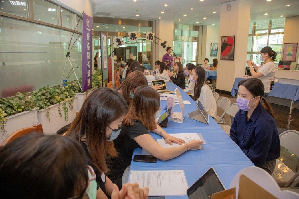 嘉藥粧品系同學一口氣獲得4家廠商入取通知。 嘉藥/提供