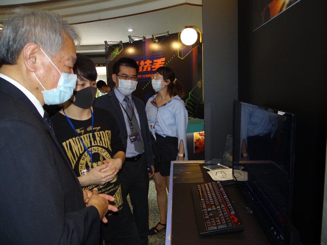 正修科大校長龔瑞璋(左)出席參觀學生展出作品。 正修科大/提供