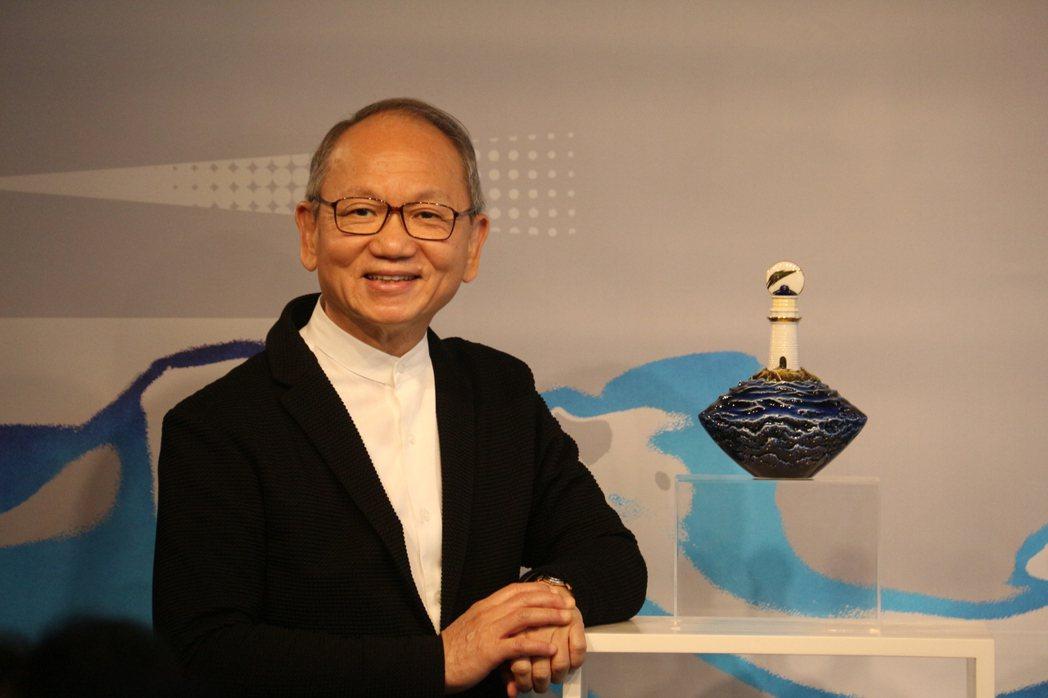 法藍瓷總裁陳立恒與《夢幻藍眼淚》作品。FRANZ/提供