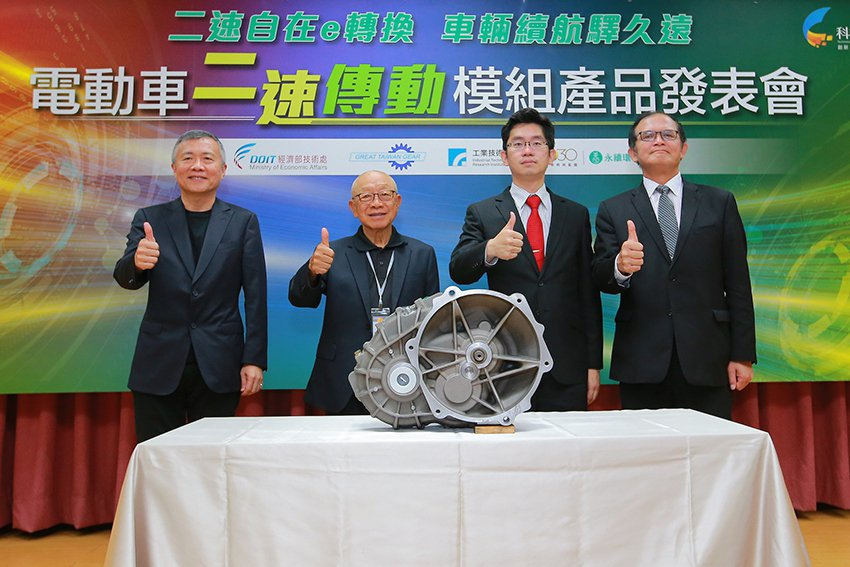 工研院與齒輪大廠本土股份有限公司今(28)日宣布共同開發國內首款自主設計製造之電...