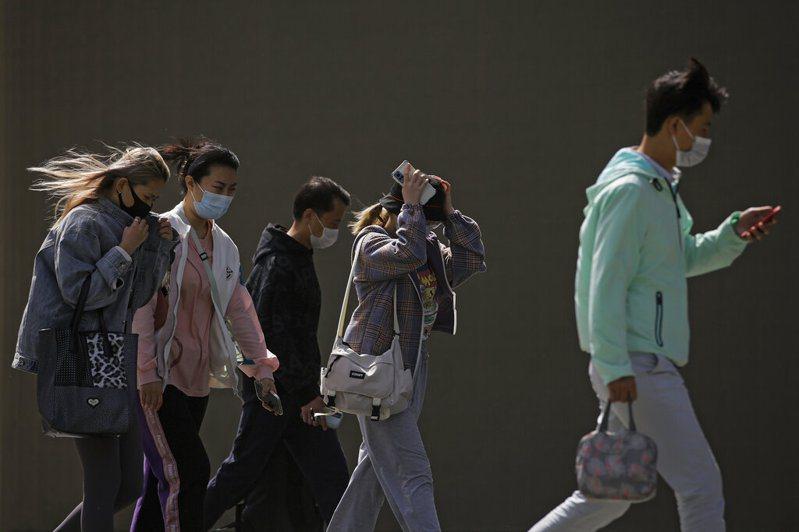 中國27日新增2019冠狀病毒疾病(COVID-19)確診病例12例,全部是境外移入病例。 美聯社