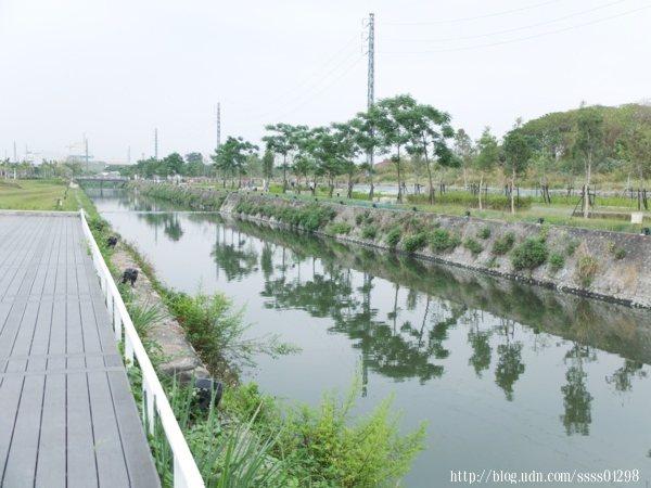 殺蛇溪多年來經整治計畫下恢復過往親近當地人生活的自然溪流。