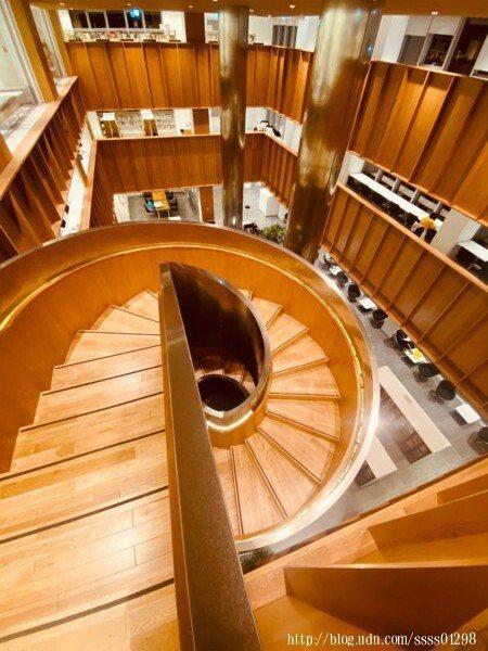 運用精湛結構設計出沒有中柱的迴旋樓梯,是總館內很搶眼的存在。