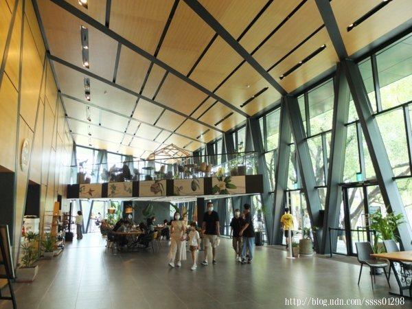 新建的一樓大廳空間挑高開闊,大片落地玻璃窗景透進明亮採光,線條延伸具設計美感,此場地適合舉辦市集、讀書會、畫展等藝文活動和靜態表演。