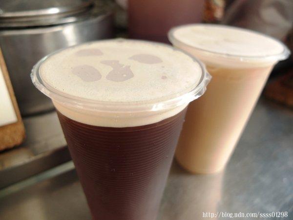 招牌的紅茶喝起來茶香濃厚甘醇不會太澀,清爽留香口齒間,讓人一喝還想再喝,若想多些層次變化可選擇紅茶牛奶,味道十足香濃。