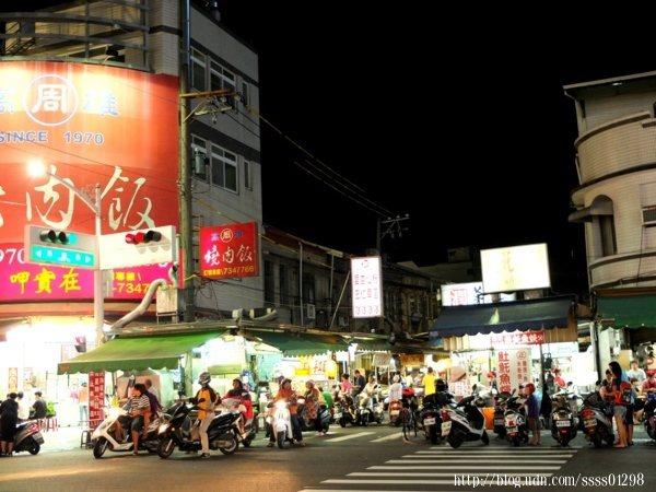 不論平日假日來此,夜市街道上總是被熙熙攘攘的行人與機車塞到水洩不通。