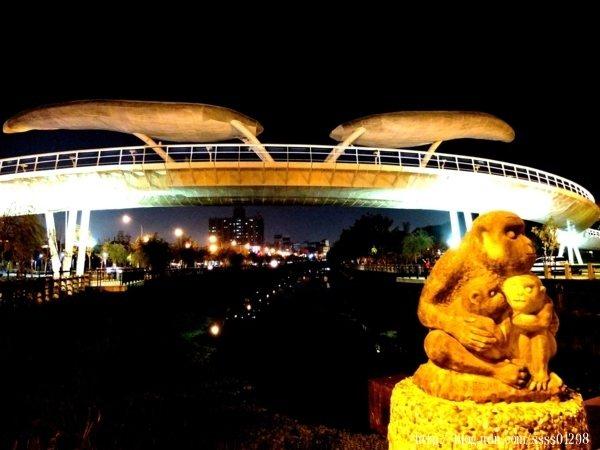 光雕亮眼的銀白色橋身猶如一道天際線劃過屏東夜空,是你我不曾想像過的市容夜景。