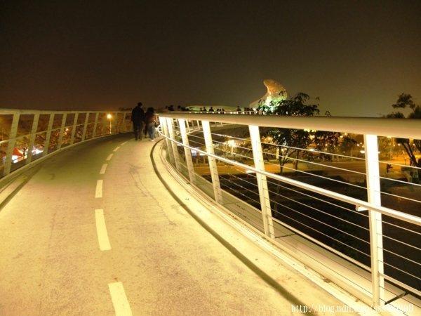 耀眼奪目的弧形橋道橫跨過萬年溪,連結著幸福的彼端,燈光唯美浪漫。