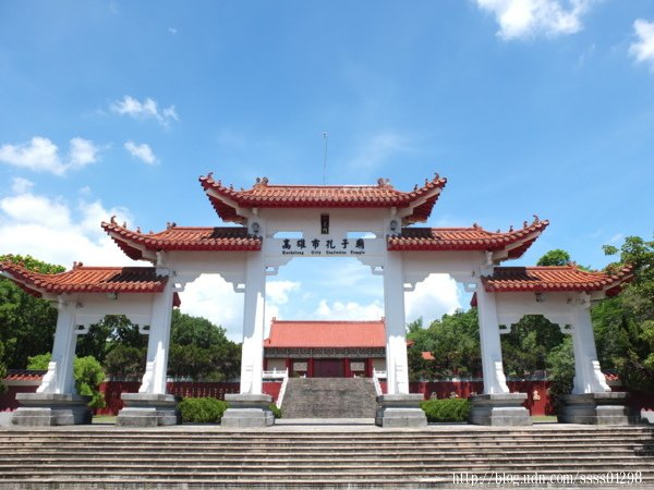 旗山孔子廟又稱高雄市孔子廟,坐落於歷史悠久的鼓山公園坡上最高點。