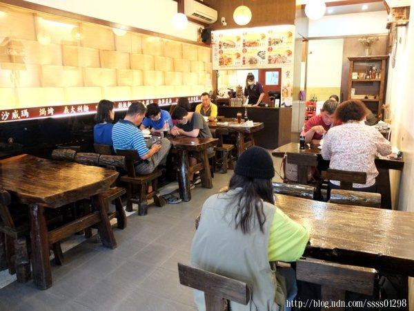 餐館內空間不大,陳設木頭桌椅,多以木製品裝飾,氣氛十足雅致。