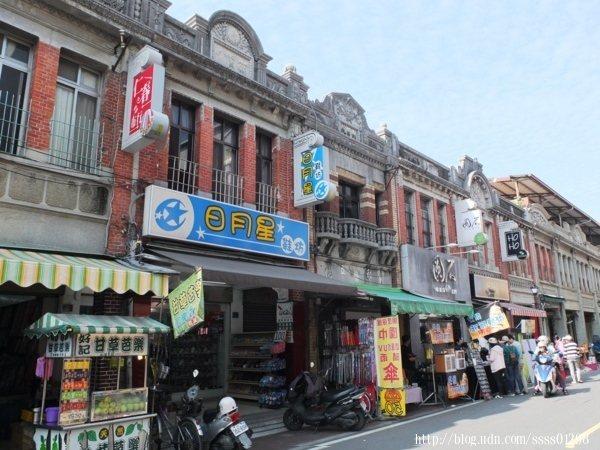 旗山老街商圈的連棟紅磚建築物有著巴洛克式風格立面,儘管一樓多為做生意的商家,但散步其中仍感受得到古色古香的老街氛圍。