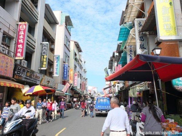老街兩旁林立著各式各樣的商家,不乏在地經營數十年的老字號美食,很適合假日午後來走走逛逛。
