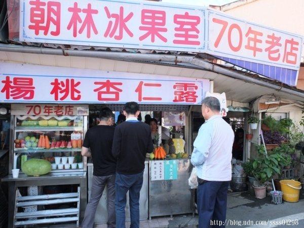 超過70年歷史的朝林冰果室賣著人人排隊搶著喝的楊桃杏仁露,逛老街別錯過當地盛名的這家果汁老店。