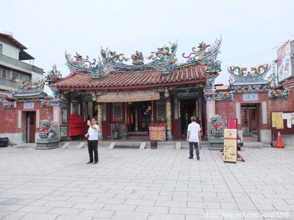旗山天后宮為磚木建造二進式傳統閩南建築的廟宇格局,廟貌至今多次翻修,建築風貌值得欣賞。