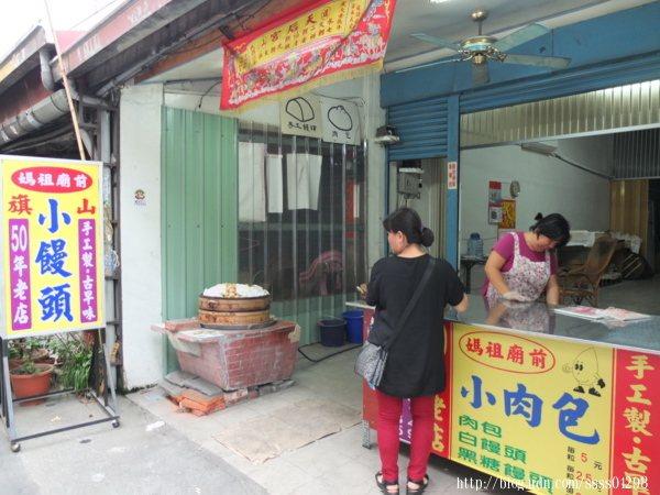 隱身在旗山媽祖廟前這家50年小饅頭老店是低調私房的老街美食名單之一。