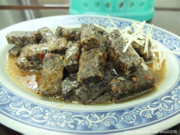 米血以糯米加上鴨血滷製,淋上帶點微辣感的醬汁及薑絲提味,風味好吸引人!