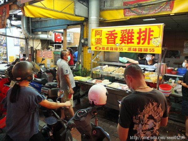 下午營業時間開始就有絡繹不絕的饕客上門,大家都在等著人人稱讚的鹹酥雞炸物。