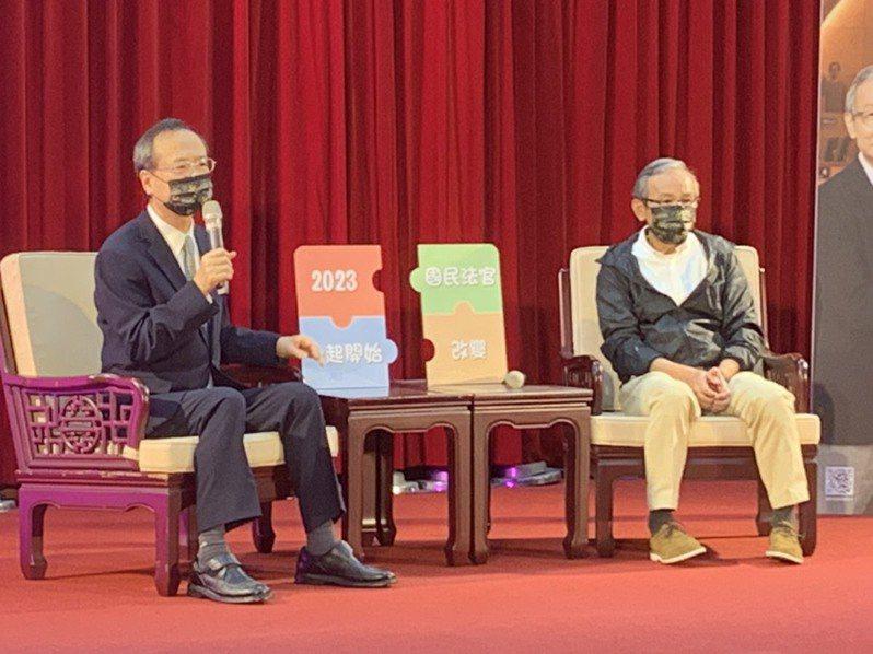 許宗力(左)今天與吳念真與談國民法官代言事。記者王聖藜/攝影