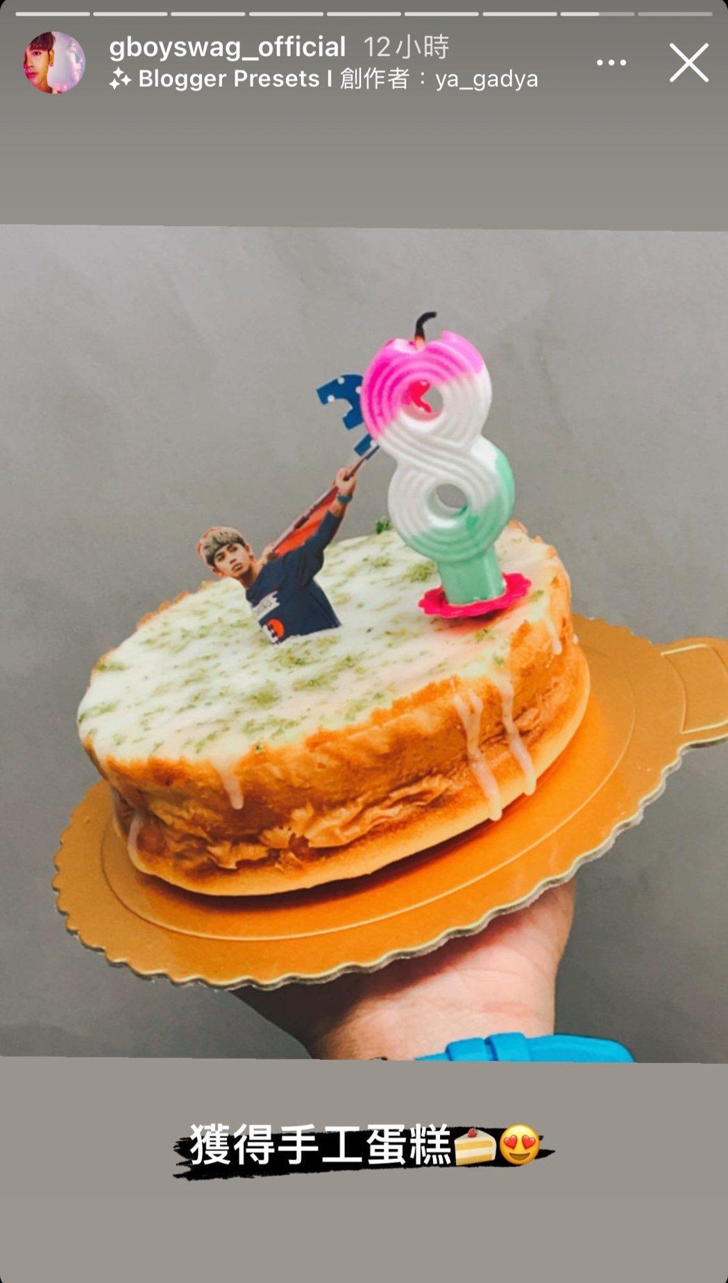 鼓鼓開心收下大元的手作蛋糕。圖/摘自IG