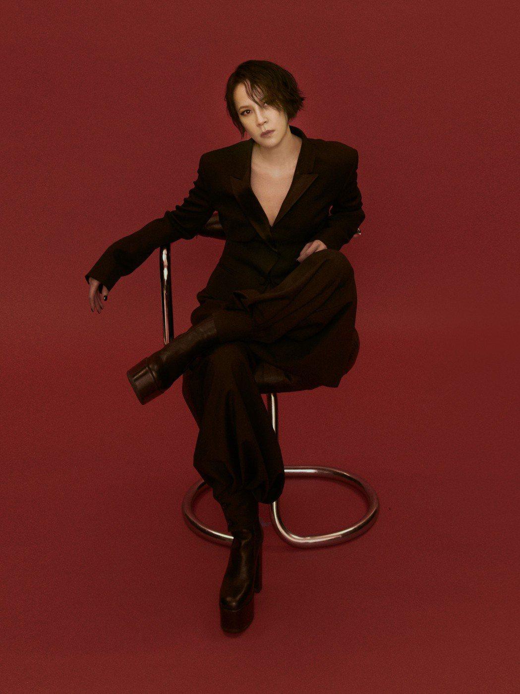 楊乃文以全黑裝扮拍攝演唱會主視覺。圖/亞神音樂提供