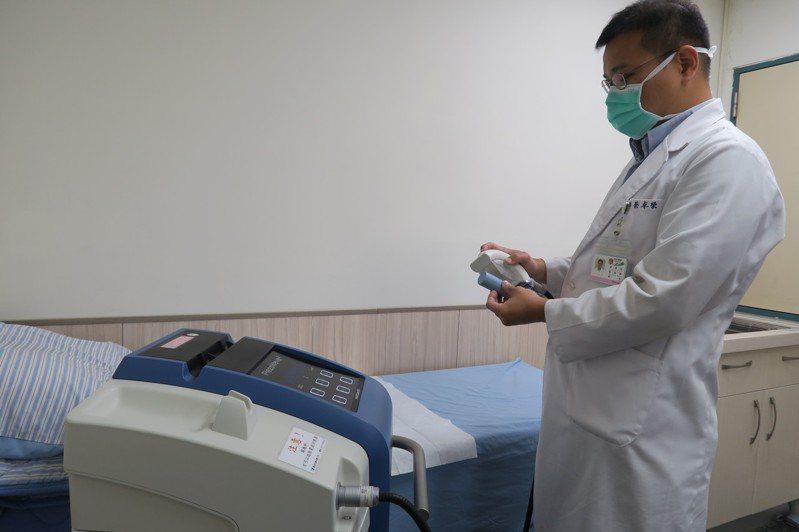 彰化醫院泌尿科醫師蔡卓榮說,低能量的體外震波用於組織,可以產生血管新生的效果,將低能量震波施用於陰莖海綿體上確實有助於改善勃起功能。記者林宛諭/攝影