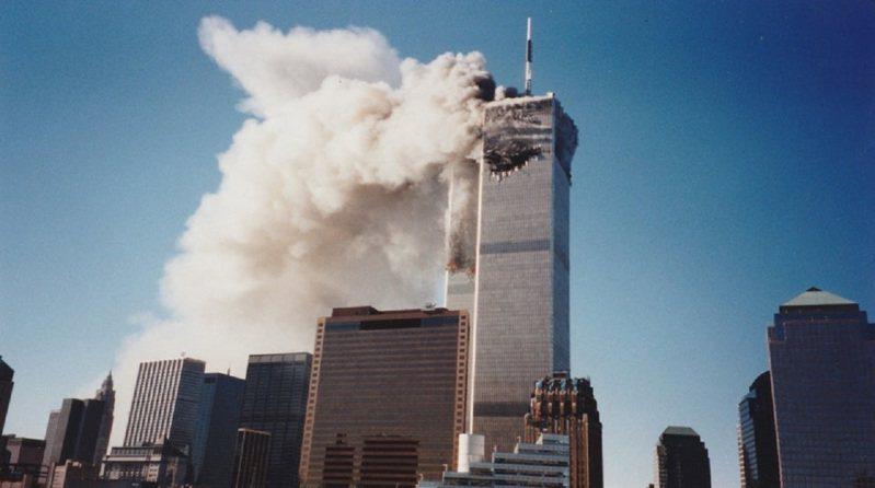美國19歲青年艾內亞24日在Reddit發布一張過去不曾曝光的911襲擊事件第一手照片,可清清楚楚見到世貿中心遭被劫持客機撞出的大洞與滾滾濃煙。畫面翻攝:Reddit/r/interestingasfuck