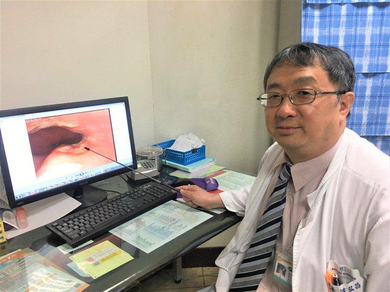 南投醫院院長洪弘昌指出藥物性食道炎受傷位置。圖/南投醫院提供