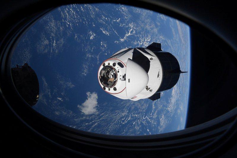 24日,SpaceX的飛龍奮進號太空艙接近國際太空站,準備進行對接。貝佐斯的藍色起源火箭至今只完成過地球次軌道飛行,在整體太空競賽上已經輸SpaceX一截。路透