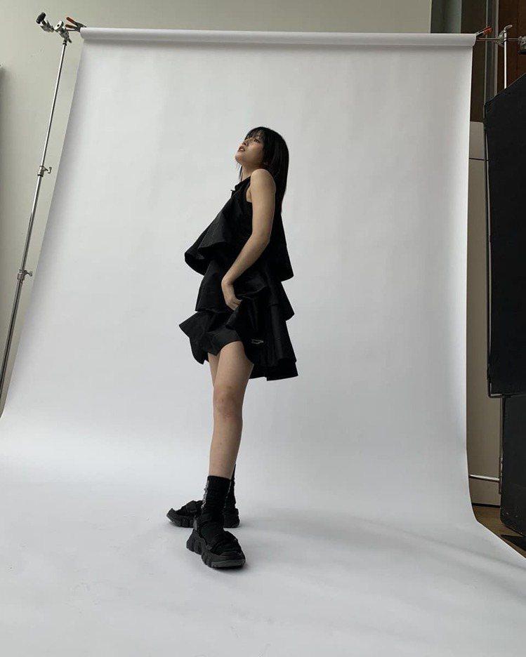 韓國女團TWICE成員MOMO登上時尚雜誌,詮釋Onitsuka Tiger新鞋...