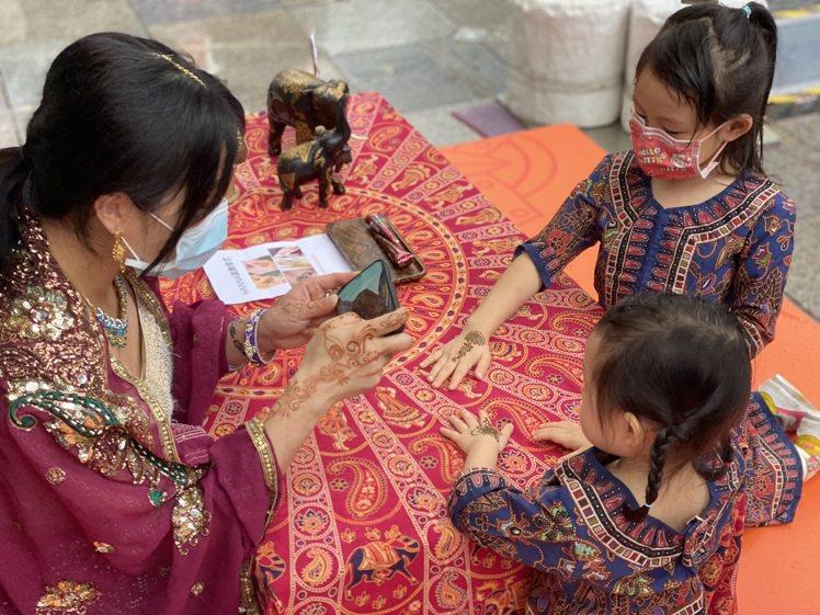 現場再提供新加坡多元文化服飾及印度Henna紋身彩繪體驗,讓人一秒到獅城。圖 /...