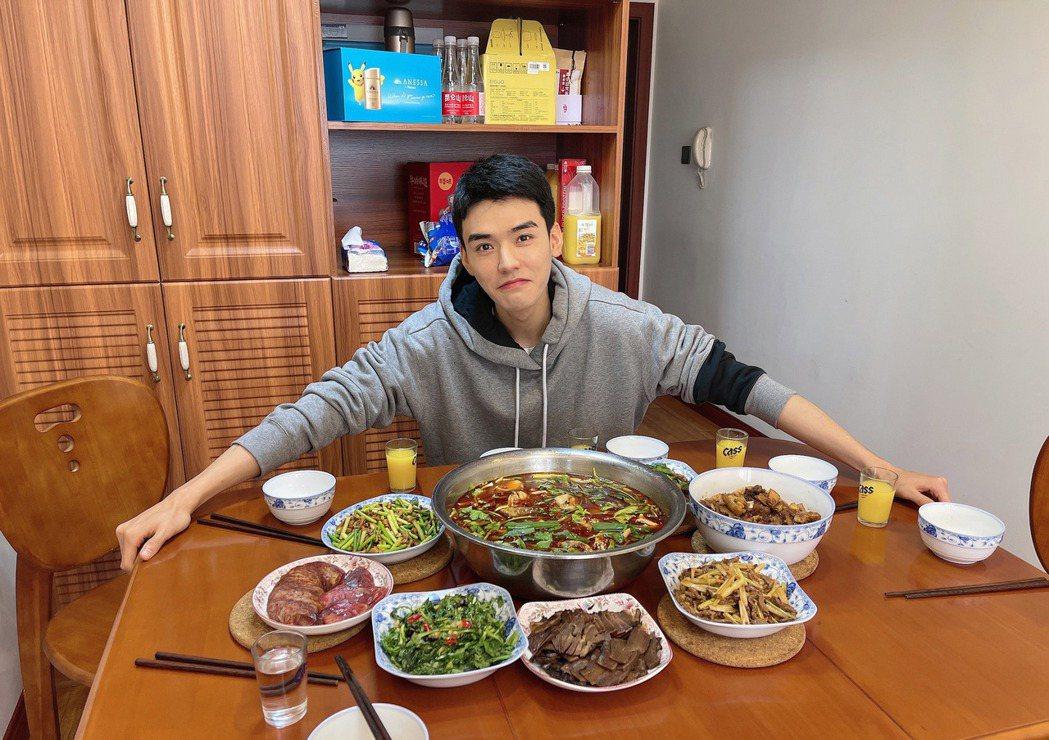 龔俊廚藝很棒。圖/LiTV、龔俊工作室/微博提供