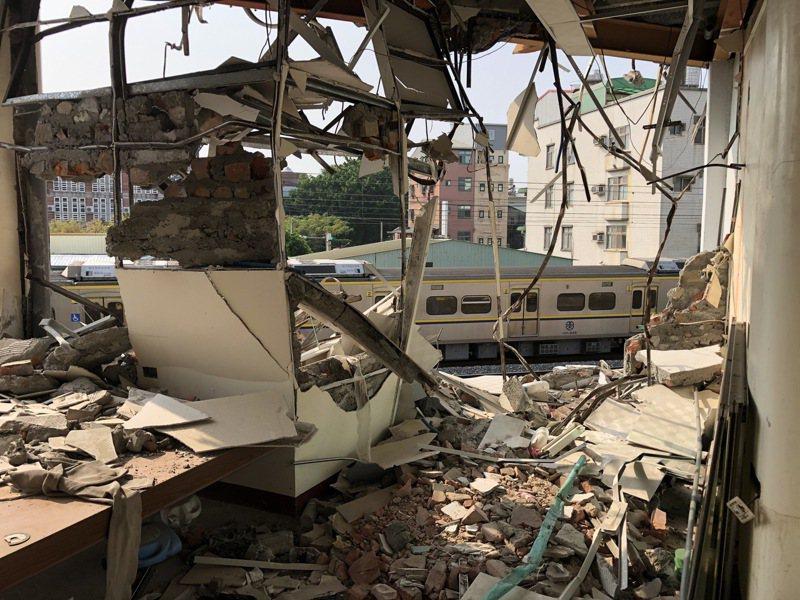 台南鐵路東移案最後一戶半拆迫遷戶黃春香的家遭突襲拆,站在房裡就能看到外頭施工街景,是鐵路立體化民眾受害範例。記者何定照/攝影