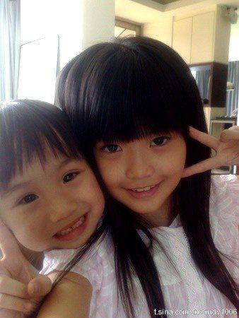 紀欣伶(右)12年前拍攝偶像劇「就想賴著妳」和小小彬飾演姐弟。圖/摘自微博