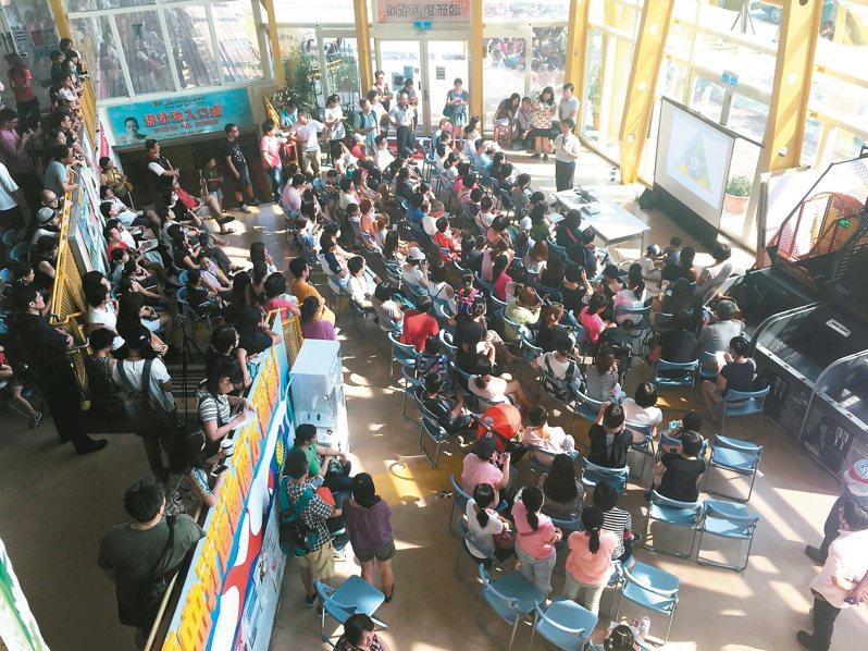 台北市和平實驗國小2017年開辦近4年,一開始吸引許多家長擠破頭想把孩子送進去,圖為該校2016年招生說明會人潮擠爆。圖/聯合報系資料照片