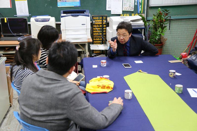 和平實驗國小校長黃志順(右一)表示,部分家長在孩子入學後,才發現跟期待不同,最後選擇轉學,圖為校方與家長懇談情形。圖/聯合報系資料照片