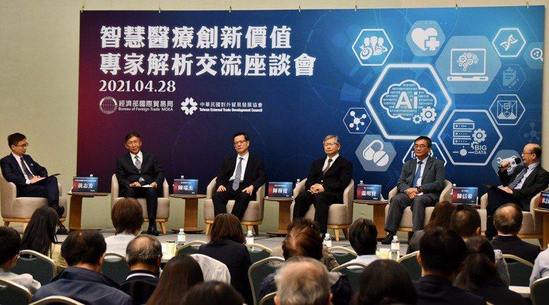 醫療及科技專家透過座談會,分享解析智慧醫療創新價值,左1為外貿協會董事長黃志芳。圖/貿協提供