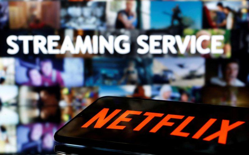 一名女網友PO文提到,自己因為疫情宅在家裡看Netflix追劇,結果看到喜歡的片段想截圖下來時,卻發現整個螢幕變成黑色。示意圖。路透