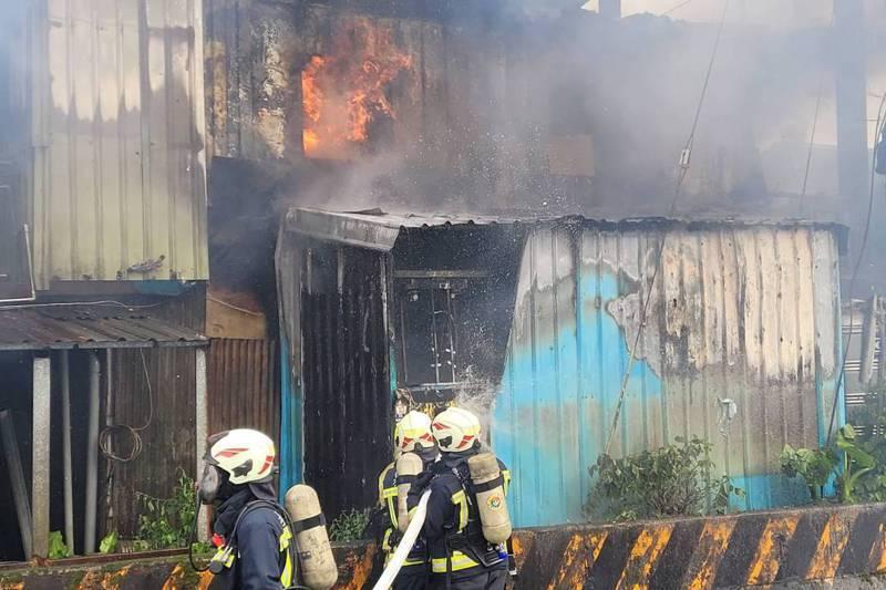 基隆市八堵路一處民宅上月發生大火,屋內付之一炬,但剛起火時住警器有響,九旬老翁及時逃出,沒有大礙。記者游明煌/攝影